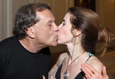Dennis Carvalho rouba beijo de Deborah Evelyn, em estreia de peça - AgNews