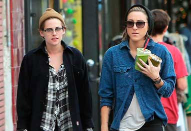 Revista flagra Kristen Stewart aos beijos com a namorada e de mãos dadas - Grosby Group