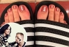 Katy Perry pinta as unhas no estilo do futebol americano -