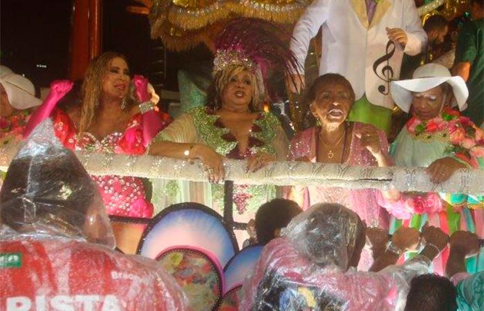 Rio: Alcione queima o pé durante desfile e vai parar no ambulatório - William Oda/AgNews