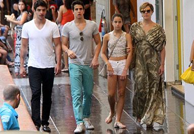 Com vestido longo, Cláudia Raia passeia com os filhos - Daniel Delmiro / AgNews