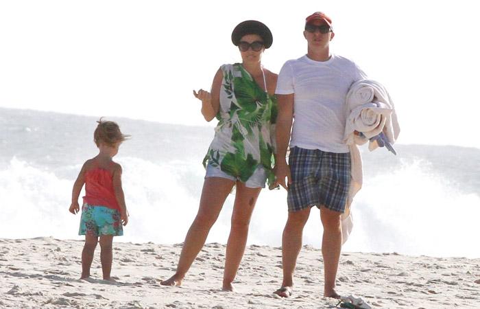 Luciano Huck e Angélica vão à praia com Eva - AgNews