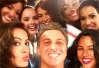 Luciano Huck posa com as participantes do novo Saltibum -