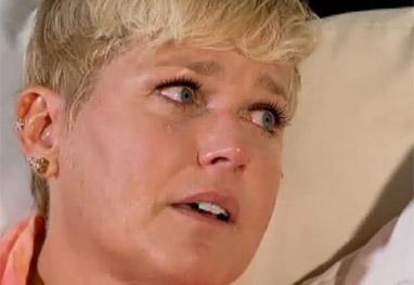 Xuxa chora ao falar sobre a mãe, em entrevista à Record - Reprodução