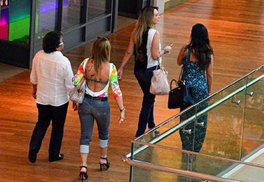 Marlene Mattos almoça com amigas em shopping no Rio de Janeiro - William Oda / AgNews
