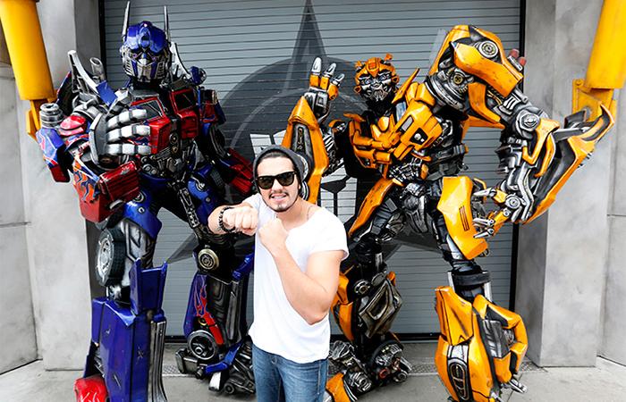 De folga, Luan Santana tira onda com robôs de Trasformers - Divulgação