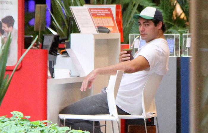 Thiago Lacerda toma chimarrão enquanto espera atendimento em shopping carioca - Ag.News