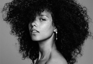 Nua, Alicia Keys surge natural para estampar capa de disco