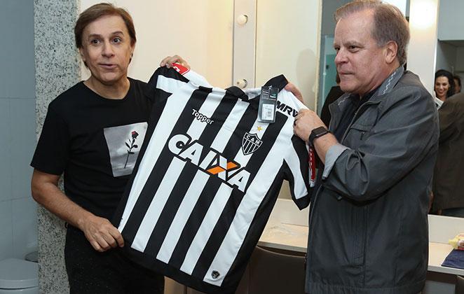 Chico Pinheiro presenteia Tom Cavalcante antes de show