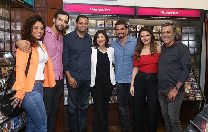 Sidney Sampaio se junta com famosos para conferir novo livro