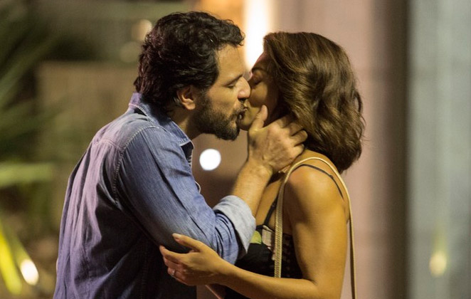 A Força do Querer: Caio e Bibi se beijam ardentemente