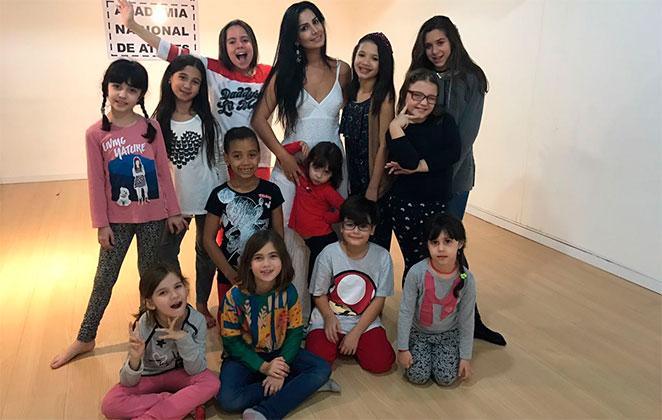 Atriz Rhafaela Castro dá aulas de danças para crianças