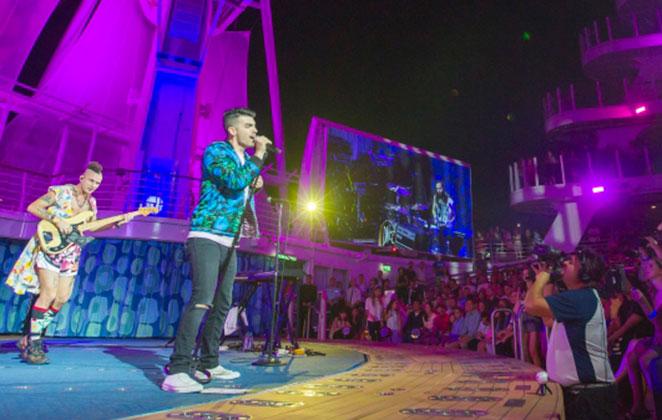 Joe Jonas faz show especial em cruzeiro pelo Caribe