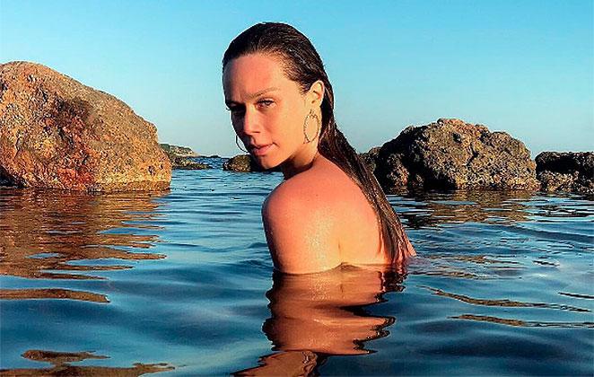 Mariana Ximenes sensualiza no mar da Espanha