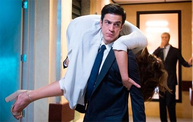 Hoje em Pega Pega: Eric carrega Luíza nos ombros pelo hotel