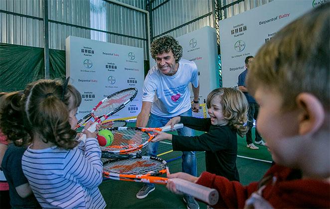 Gustavo Kuerten joga tênis com crianças