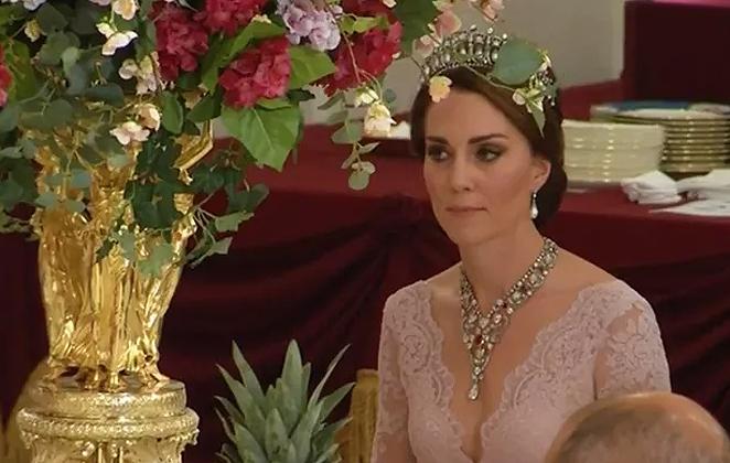 Kate Middleton ousa no decote em jantar da Rainha