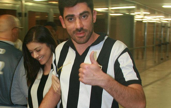 Marcelo Adnet vai ao jogo do Botafogo com nova namorada