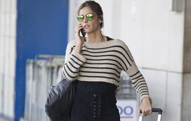 Toda fashion, Fernanda Lima é vista em aeroporto