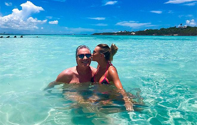 Roberto Justus ganha beijo da mulher nas Bahamas
