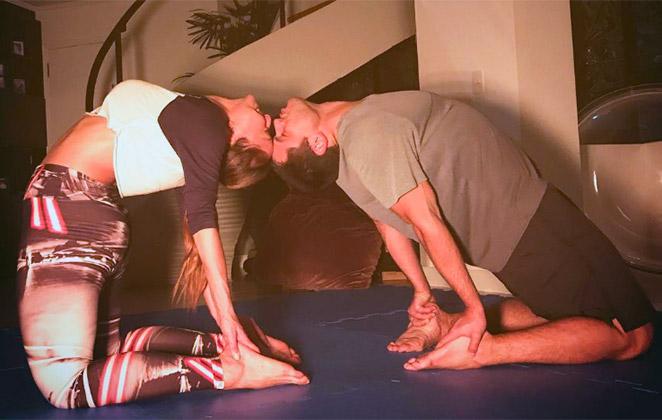 Sabrina Sato mostra elasticidade em ioga com Duda Nagle