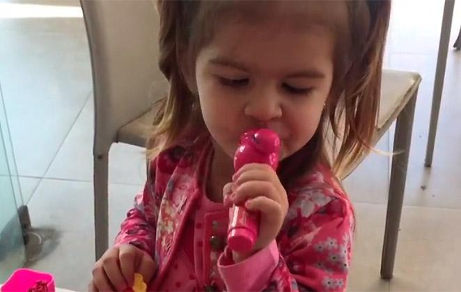 Valentina canta 'Deu Onda' e internet pira