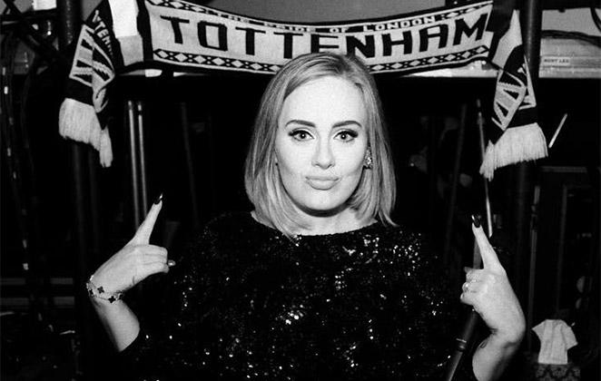 Adele usa linguagem de sinais para preservar a voz