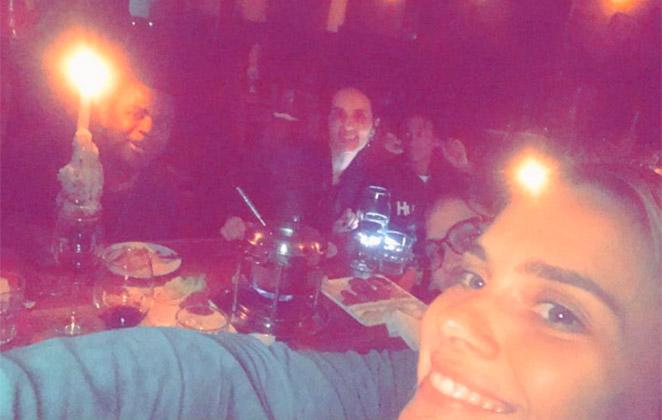 Carolina Dieckmann registra noite de fondue entre amigos
