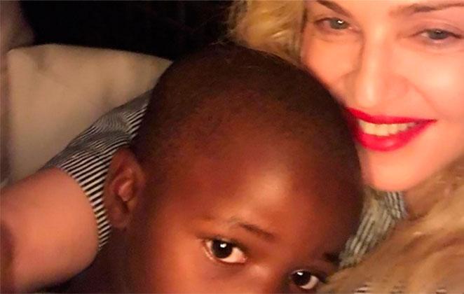 Gêmeas de Madonna se divertem em belo cenário e web elogia