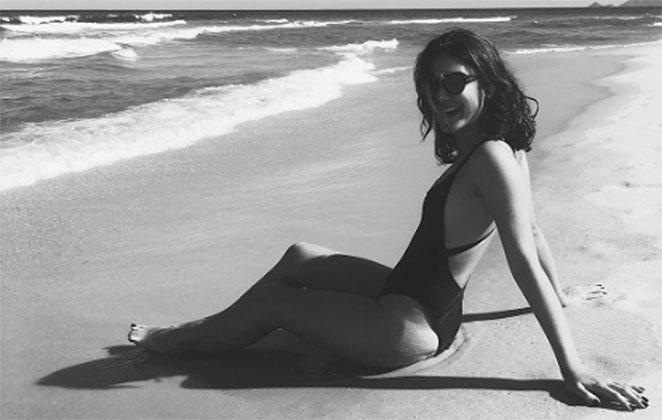 Giovanna Grigio é elogiada por clique de maiô na praia