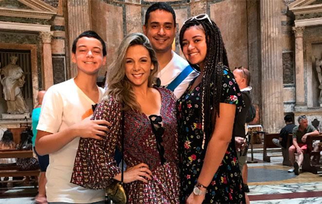 Carla Perez curte folga em família na bela Itália
