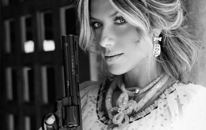 Giovanna Ewbank posa com arma em videoclipe