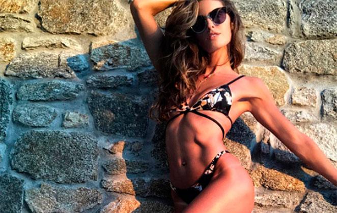 Izabel Goulart ostenta corpão em foto na web