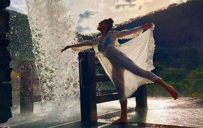 Juliana Paes exibe silhueta sequinha e arrasa