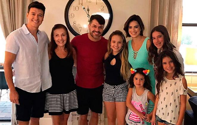 Larissa Manoela descobre que tem vizinho famoso em Orlando