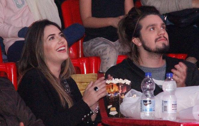 Luan Santana curte noite de circo, com a namorada