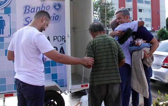Otaviano Costa ajuda moradores de rua em Cuiabá