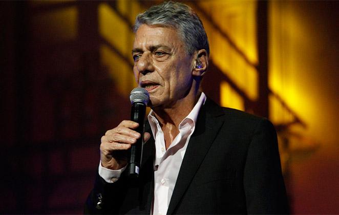 Chico Buarque esbanja elegância em evento de música, no RJ