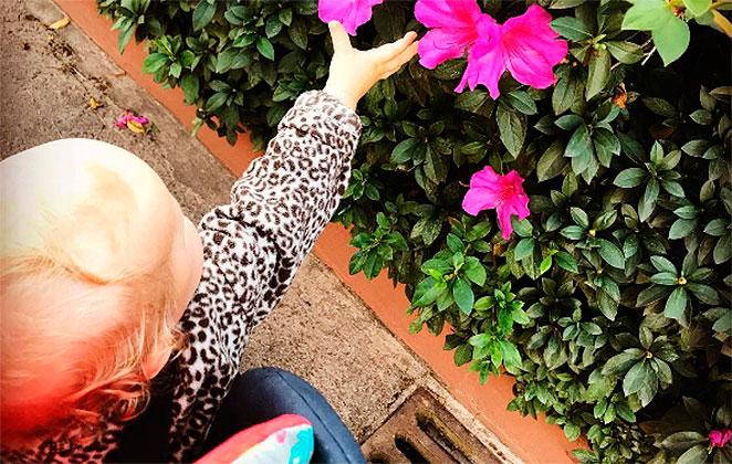 Em clique raro, Pitty registra momento fofo da filha