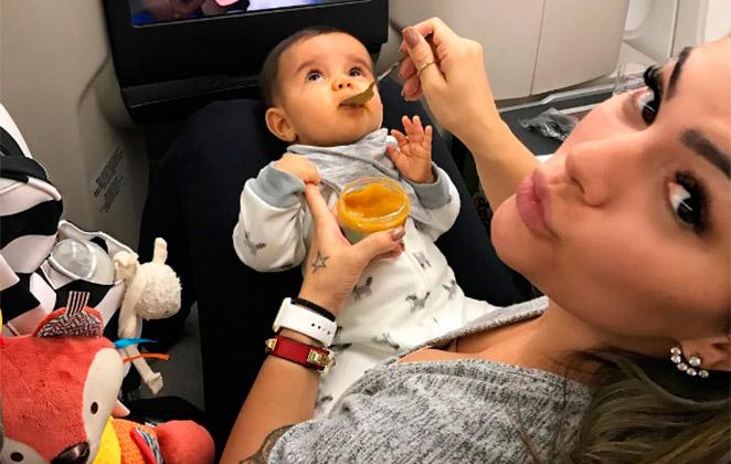 Kelly Key mostra filho caçula no avião e web fica encantada
