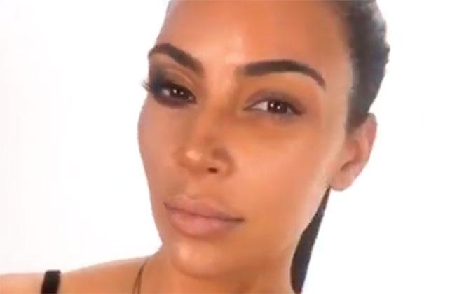 Kim Kardashian mostra metade do rosto sem maquiagem