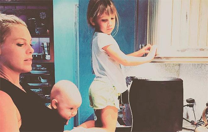 Pink posta foto com filhos na cozinha e divide opiniões