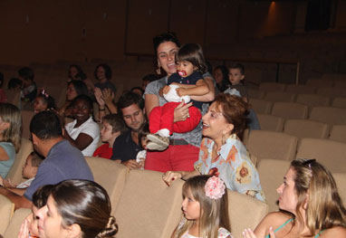 Giovanna Antonelli vai ao teatro com a família