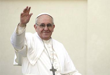 Papa Francisco acenando para o povo