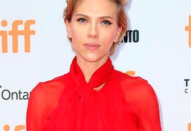 Scarlett Johansson com roupa vermelha e cabelos curtos
