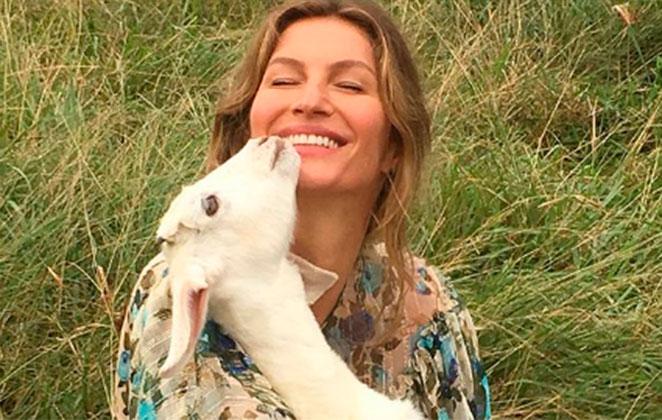 Gisele Bündchen com um filhote de cabra