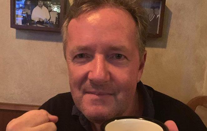 Piers Morgan com xícara na mão