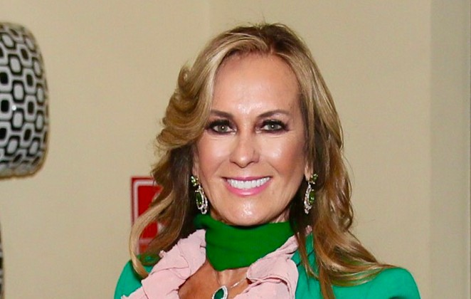 Helô Pinheiro com roupa verde e rosa, sorrindo