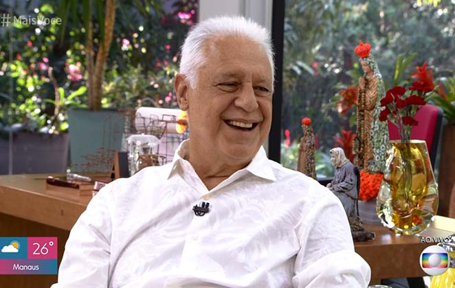 Antonio Fagundes de camisa branca, sorridente