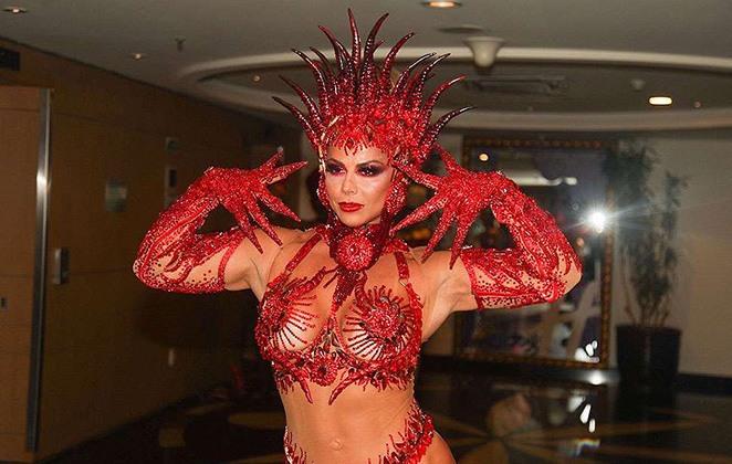 Viviane Araujo desfilando no carnaval